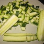 tagliare la zucchina a cubetti eliminando la parte centrale