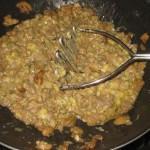 schiacciare con uno schiaccia patate
