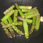tagliare gli asparagi a metà