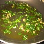 fare un trito con aglio prezzemolo e capperi