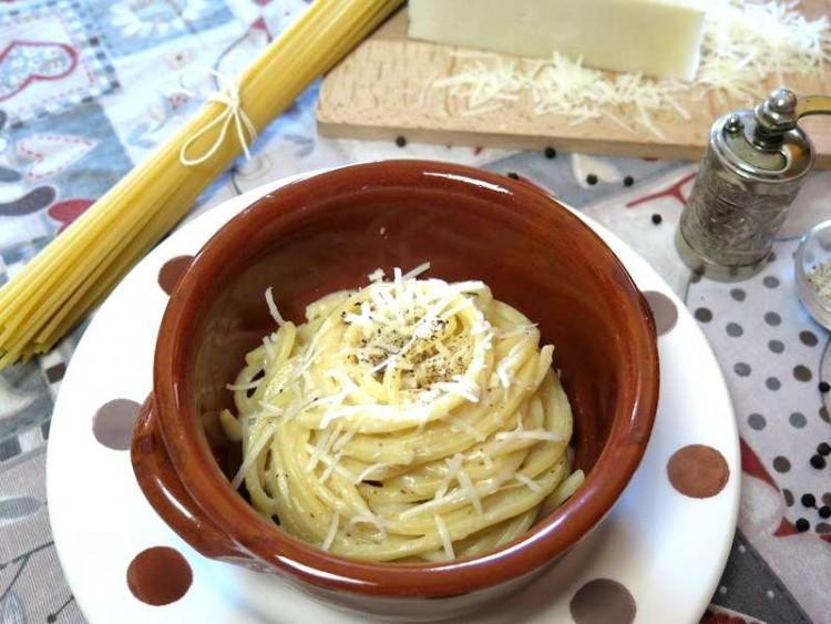 Spaghetti cacio e pepe le ricette di teresa for Piatto tipico romano