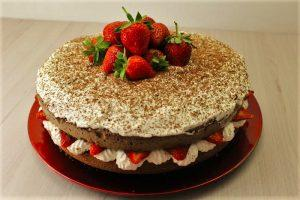 Torta cioccolato, panna e fragole