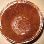 imburrare gli stampini e spolverarli con il cacao